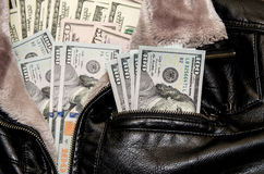 100 долларовых банкнот в карманн Стоковое Фото