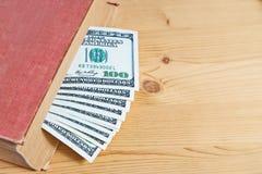 100 долларовых банкнот в книге Стоковые Изображения RF