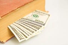100 долларовых банкнот в книге Стоковое Фото