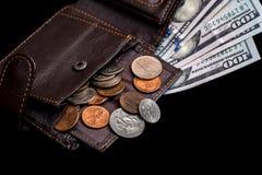 100 долларовых банкнот в темном кожаном изолированном портмоне Стоковая Фотография