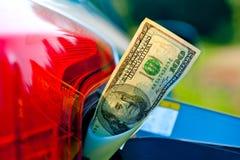 100 долларовых банкнот в шеи топливного бака корабля Стоковое фото RF