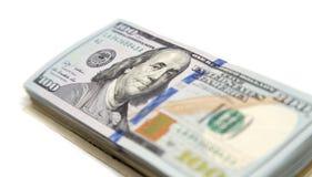 100 долларовых банкнот на белой предпосылке Стоковые Изображения