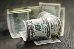 100 долларовых банкнот на деревянной таблице Стоковая Фотография RF
