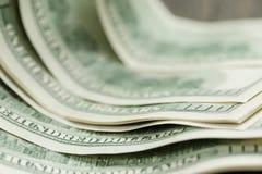 100 долларовых банкнот на деревянной таблице Стоковое Фото