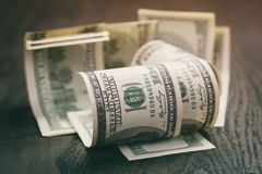 100 долларовых банкнот на деревянной таблице Стоковое Изображение RF