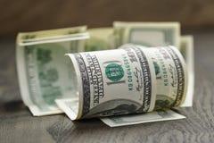 100 долларовых банкнот на деревянной таблице Стоковая Фотография
