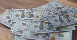 100 долларовых банкнот на деревянной таблице Стоковые Фото