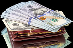 100 долларовых банкнот на кожаном портмоне Стоковые Фотографии RF