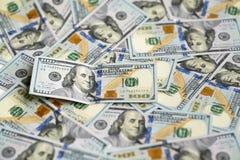 100 долларовых банкнот на куче денег Стоковая Фотография RF