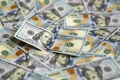 100 долларовых банкнот на куче денег Стоковое фото RF