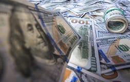 100 долларовых банкнот на предпосылке кучи доллара Стоковая Фотография