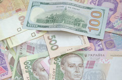 100 долларовых банкнот на предпосылке украинского hryvnia Стоковое Изображение RF