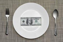 100 долларовых банкнот на плите, который нужно съесть Стоковая Фотография RF