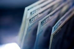100 долларовых банкнот на таблице Концепция богатства и pro Стоковые Фотографии RF