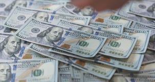 100 долларовых банкнот на таблице Стоковое фото RF