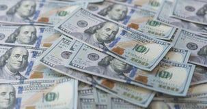 100 долларовых банкнот на таблице Стоковое Изображение RF