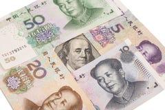 100 долларовых банкнот окруженных китайскими юанями Стоковые Фотографии RF