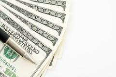 100 долларовых банкнот против белой предпосылки Стоковые Изображения RF