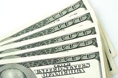 100 долларовых банкнот против белой предпосылки Стоковое фото RF