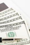 100 долларовых банкнот против белой предпосылки Стоковая Фотография