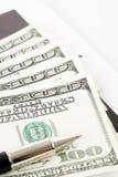 100 долларовых банкнот против белой предпосылки Стоковое Изображение RF