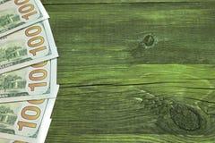100 долларовых банкнот США на грубой столешнице древесной зелени Стоковое фото RF