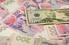 50 долларов банкноты на предпосылке украинских hryvnas Стоковая Фотография