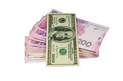 100 долларов банкноты на предпосылке украинского hryv Стоковое Изображение