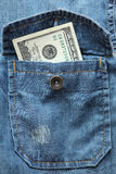 100 долларов в карманн рубашки джинсовой ткани Стоковая Фотография RF