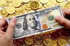100 долларов в наличии и монетки Стоковая Фотография