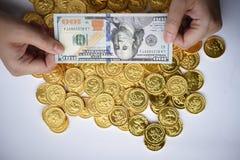 100 долларов в наличии и монетки Стоковое Изображение