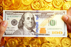 100 долларов в наличии и монетки Стоковые Фотографии RF