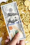 100 долларов в наличии и монетки Стоковые Изображения