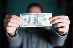 100 долларов в руке ` s людей Стоковые Фотографии RF