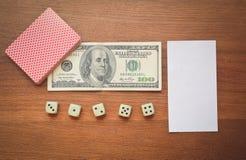 100 долларов и играя карточки Стоковая Фотография