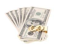 100 долларов кредиток в зажиме денег. Стоковые Фото