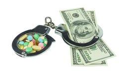 100 долларов кредиток и пилюлек в наручниках Стоковое Изображение
