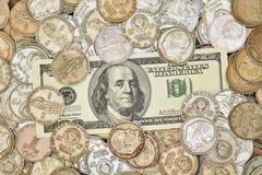100 долларов на куче старых монеток Стоковые Фотографии RF