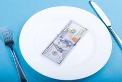100 долларов на плите на голубом деле Стоковые Изображения RF