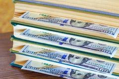 100 долларов лож между страницами Стоковые Фото