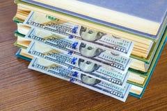 100 долларов лож между страницами Стоковое Изображение