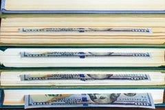 100 долларов лож между страницами Стоковое Изображение RF