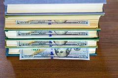 100 долларов лож между страницами Стоковые Изображения
