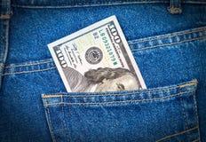 100 долларов счета вставляя из карманн джинсов Стоковая Фотография