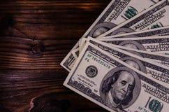 100 долларов счетов на деревянном столе Взгляд сверху Стоковая Фотография RF