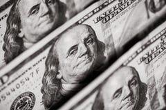 100 долларов счетов стоя в ряд Стоковые Изображения RF