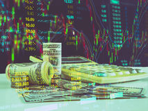 100 долларов США бумажных денег и монеток денег с калькулятором снова Стоковая Фотография
