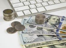 100 долларов США бумажных денег и монеток денег с компьютером keyboar Стоковые Фото