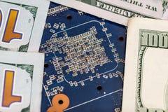 100 долларов с голубой материнской платой компьютера Стоковая Фотография RF