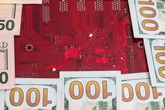 100 долларов с красной материнской платой компьютера Стоковые Фото